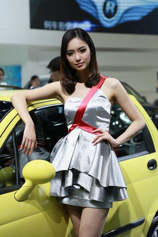 Модели на автошоу в Пекине