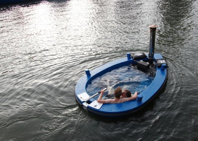 В теплой ванне по реке
